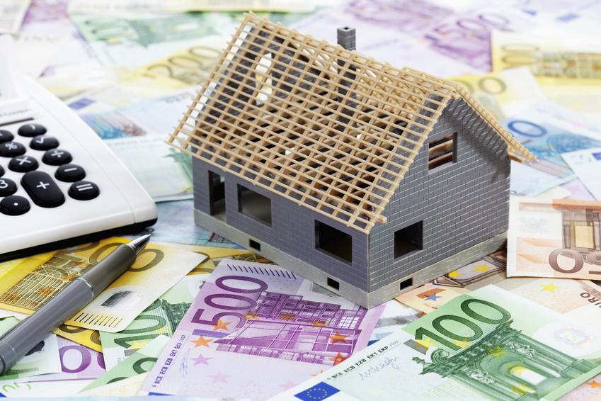 Modellhaus auf gemischten Euroscheinen